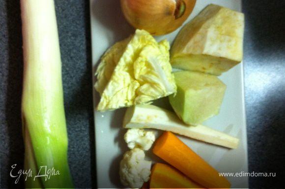 Не маловажную роль в блюдах играет бульон, который вы добавляете. Конечно, проще добавить бульонный кубик, но кто знает, из чего он сделан :) Самый простой бульон - курица, сваренная в овощах. Я добавил порей, репчатый лук, корень петрушки, сельдерей, цветную и кочанную капусту и морковь. Я не использую для бульона кости курицы, так как хорошо знаю, как их выращивают)