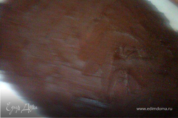 Для шоколадных квадратиков растопить по отдельности плити шоколада на водяной бане, намазать массу ровным слоем на листе пекарской бумаги, когда она чуть застынет разметить квадратики и убрать в прохладное место для затвердения