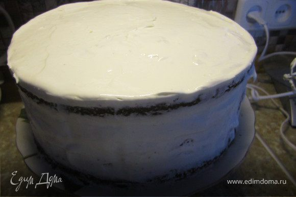 Покрыть торт оставшимся кремом.