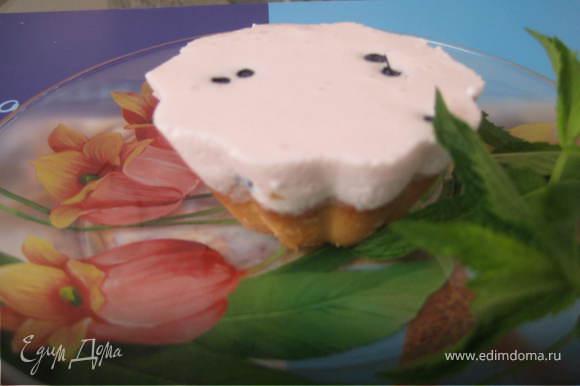 Достаем формы из морозилки,достаем корзиночки перекладываем десерты в холодильник.