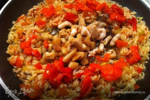 Нарезаем перец и добавляем его на сковороду, оставив немного для соуса.