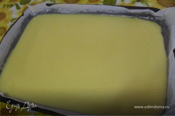 Готовое тесто вылить на противень, проложенный пергаментом.Выпекать при 180*С до готовности(до золотистого цвета, следите чтобы края не подгорели!)