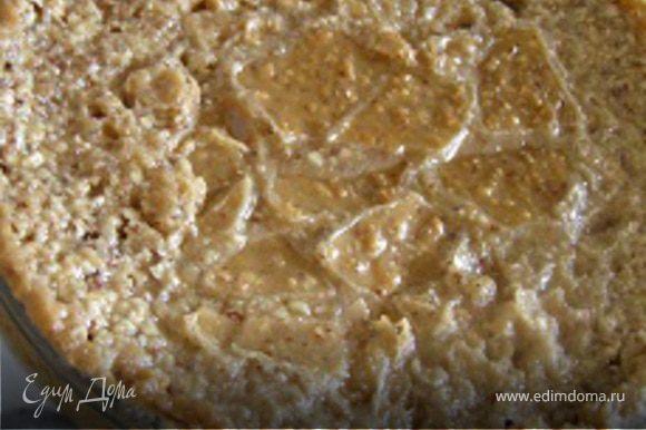Испеченное миндальное тесто остудить, аккуратно разрезать на порционные кусочки-пирожные в виде треугольников или ромбов. Посыпать сахарной пудрой, подавать с черешней.