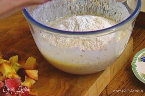 Муку соединить с разрыхлителем и солью и всыпать в кефирное тесто.