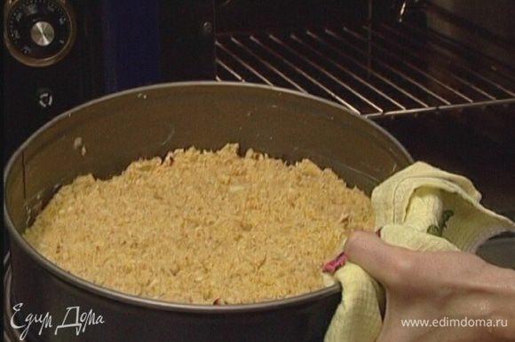 Выстелить разъемную форму бумагой для выпечки, смазать ее оставшимся сливочным маслом и равномерно распределить тесто, придавливая его пальцами, но не добиваясь безупречно гладкой поверхности.