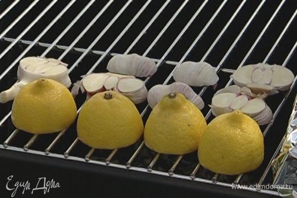 Положить лимоны разрезом на гриль, рядом — чеснок и черри на веточках, все обжарить.