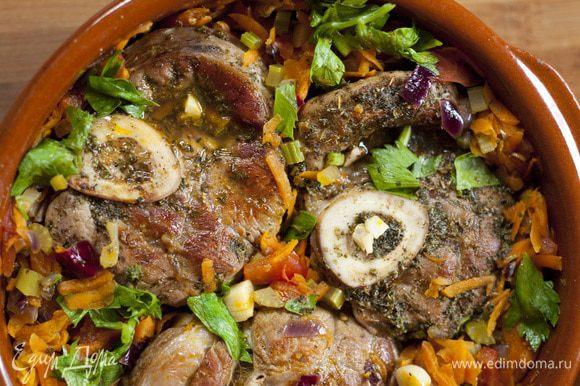Вернуть мясо в форму, накрыть ее бумагой для выпечки, прижать крышкой и отправить на 2 часа в разогретую духовку. За 10 минут до окончания готовки добавить нарубленные листья сельдерея.
