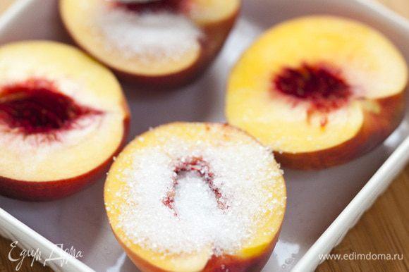 Посыпать персики сахаром, полить граппой и запекать в разогретой духовке 15–20 минут, затем остудить.