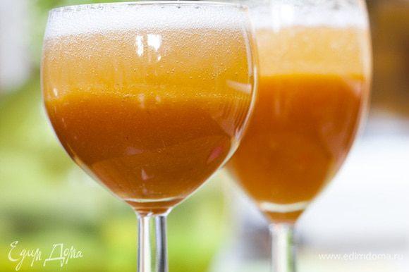 Высокие бокалы наполовину наполнить персиковым пюре, затем влить охлажденное вино и перемешать все длинной ложкой.