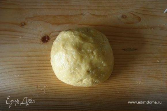 Муку добавить в творожную массу, хорошо вымесить тесто. Оно должно быть не очень крутым, а достаточно эластичным. Оставить тесто на 10 мин.