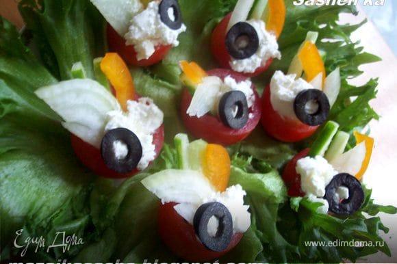 добавьте в каждый помидорчик брынзу и всерху на нее выложите крудок маслины
