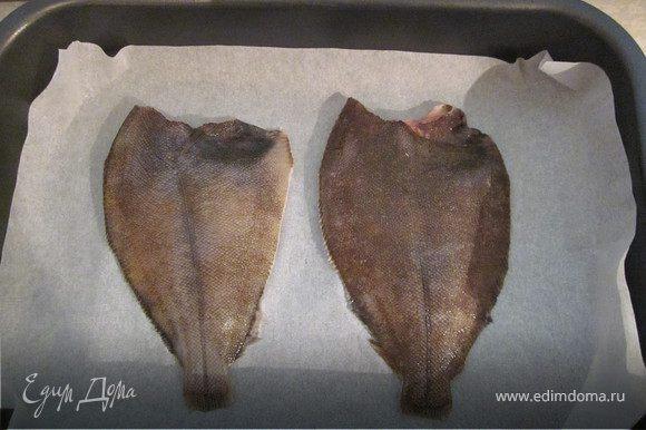 Рыбу очистить от внутренностей и чешуи, удалить голову вместе с жабрами и обрезать плавники, уложить тушку на противень застеленный пергаментом.