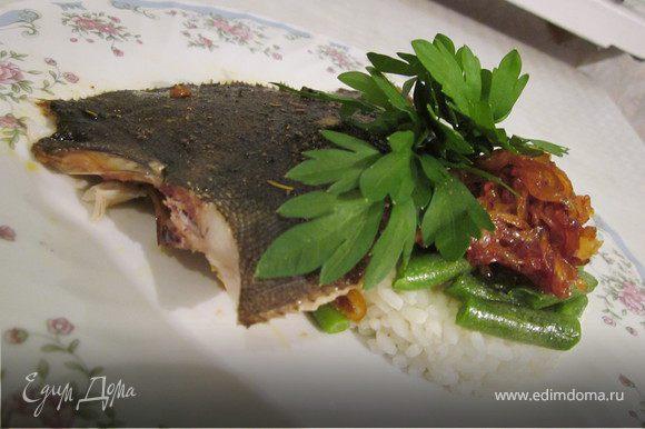 Готовую рыбу присыпать зеленью и подать с карамелизованным луком. На гарнир я подала рис и стручковую фасоль. Приятного аппетита!