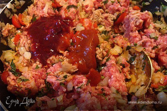 на сковороду к зажарке добавляем фарш. Приправляем соусами-гранатовым и томатным (опционно-томаты в собственном соку/томатный сок-50 мл),солим,перчим и тушим на медленном огне до выпаривания практически всей жидкости.