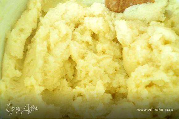Воду вскипятить, добавить масло, сахар, соль. В кипящую жидкость добавлять порциями муку, все время помешивая. Когда всыпали всю муку, выключить огонь и продолжать перемешивать до образования однородной массы. Она должна быть похожа на достаточно крутое картофельное пюре.