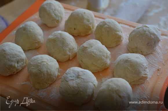 Добавить к картофельному пюре муку, затем масло и яйцо, вымесить крутое тесто (у меня ушло больше муки, чем требуется в рецепте). Сформировать из теста колбаску и порезать на одинаковые по размеру кусочки. Раскатать каждый, на середину положить сливу и закрыть края, чтобы получились шарики.
