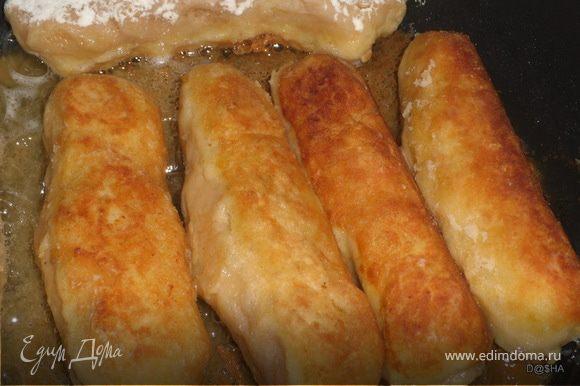 Сформовать колбаски, предварите6льно смочив руки.Обвалять колбаски в муке.Обжарить в растительном масле до золотистого цвета.