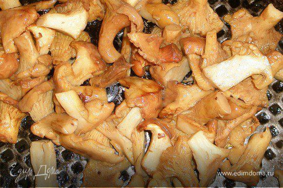 Грибы промыть, те что побольше нарезать на половинки или четвертинки. Разогреть сливочное масло в сковороде, обжарить грибы 5, 6 мин. Приправить солью, перцем.