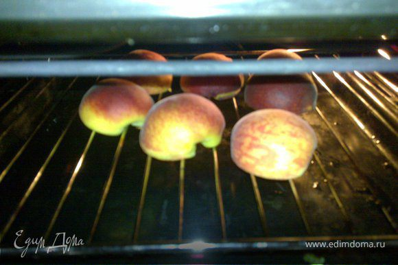 Запекаем персики 7 мин.кожицей вверх