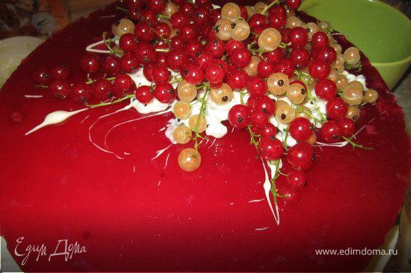 И выложила на него ягоды. У такого декора есть недостаток...очень красиво смотрится...но плохо решится....шоколад крошится.