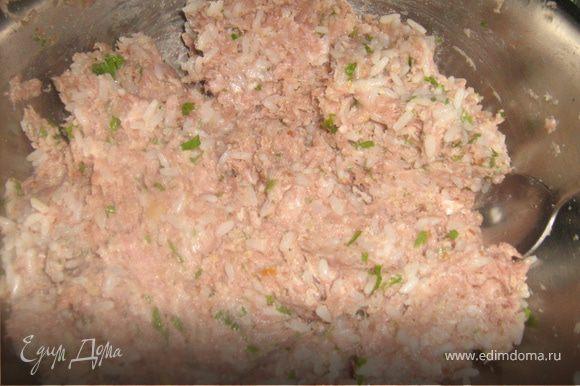 Добавить в фарш рис, лук, орехи, зелень, специи, воду. Фарш должен быть сочным.