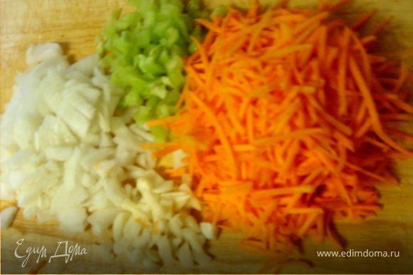 Лук, чеснок, морковь перец очистить, измельчить, морковку и сыр натереть на терке