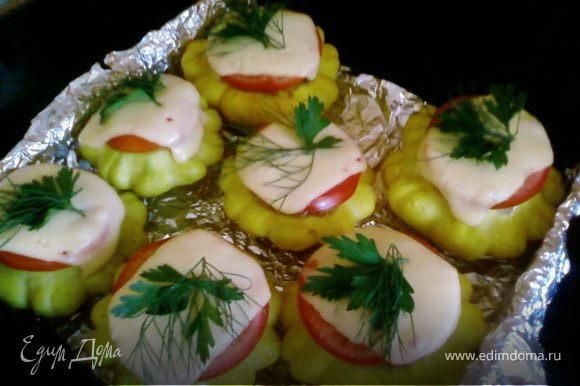 Выпекать 5-10минут (пока не начнет плавится сыр.Вытянув с духовке украсить зеленью.Подавать со сметаной и свежими овощами.