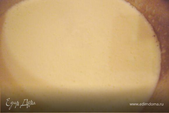 Духовку нагрей до 180 г. Яйца взбить,добавляй постепенно сахар.Взбивай до полного растворения сахара.Добавь йогурт,и мягкое сливочное масло.