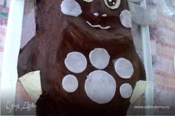 Застывший торт украшаем кружочками из мастики. Ушки тоже делаем из мастики.