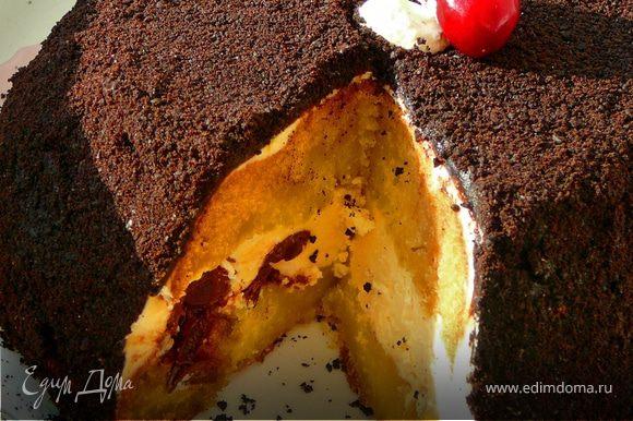 """Остать подмерзший торт,застелить большое блюдо пергаменом,поставить на него торт.Покрыть весь торт глазурью.С верху глазурь как бы утрамбовывая присыпать крошками печенья""""Орео"""".Покрыть весть торт,плотно прижимая крошки,чтоб не было просветов.Поставить в холодильник на пару часов.Верх торта можно украсить вишней."""