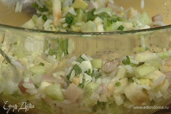 Соединить сельдь, авокадо, яблоко, огурцы, измельченный белок и лук, добавить 3 ст. ложки отваренного риса, все перемешать.
