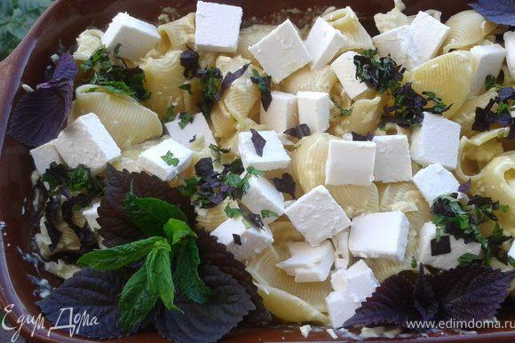 Посыпаем измельченным базиликом и мятой
