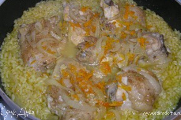 Добавить рис и 250 мл куриного бульона. Тушить до готовности риса, по мере необходимости добавлять бульон.