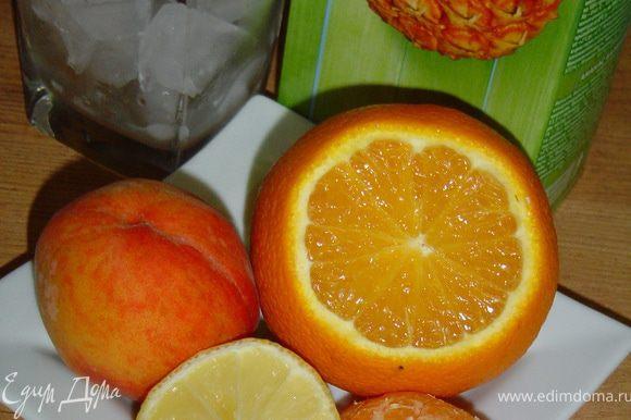 Все ингредиенты поместить в блендер и смешать. Вылить в высокий бокал готовый коктейль, украсить фруктами.