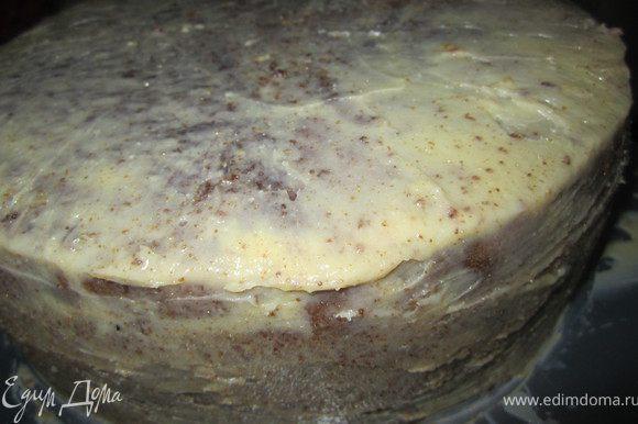 Приготовить масляный крем. Взбить масло, добавить растопленный и охлажденный шоколад. Покрыть кремом торт. Поставить в холодильник на 30 минут.