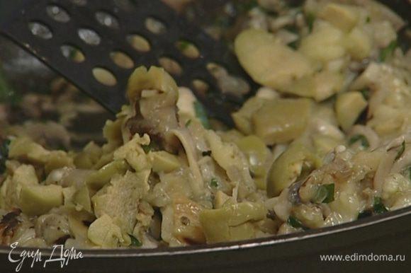 Перемешать мякоть баклажанов с грибами и оливками, посолить, поперчить, добавить орегано и прованские травы.