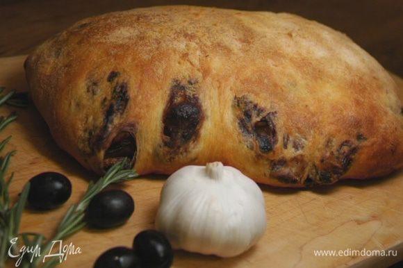 Выпекать 5 минут при температуре 250°С, затем убавить до 180°С и выпекать еще 35–40 минут, до появления хрустящей корочки. Разрезать хлеб, только когда он остынет.