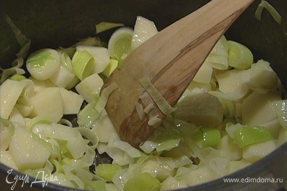Добавить картошку, тушить 1–2 минуты, постоянно помешивая.