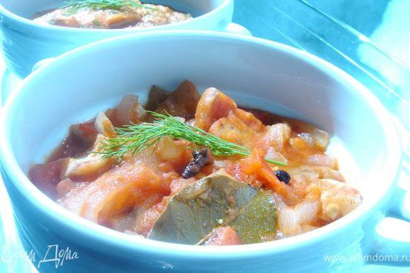 Нарезать лук на четвертинки колец,грузди-на кусочки.Влить в кастрюлю масло и тушить на среднем огне лук с грибами минут 10-15.Затем добавить нарезанные помидоры и тушить ещё 15-20 минут.Добавить соль и специи.Специи добавляйте по своему вкусу.Если помидоры достаточно кислые сократите количество уксуса и добавьте небольшое количество сахара(2-3 ч.л.).Тушить ещё 10 минут на медленном огне.Салат готов!