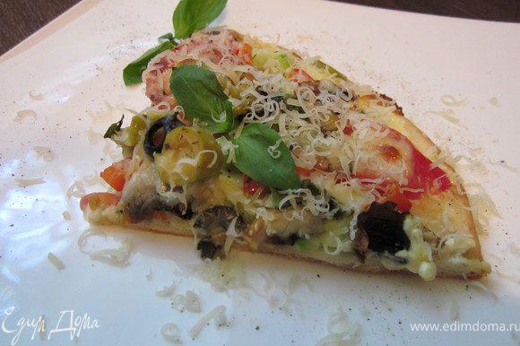 Форму для пиццы слегка смазать растительным масло и распределить тесто. Я делаю это руками, но можно сначала немного раскатать, а потом все равно руками, чтобы было аккуратно. Красиво, на ваш вкус выложите начинку и посыпьте сыром. Духовку предварительно разогреть до 220* и на 20-25 минут. Бон аппетит! Этот кусочек для Вас:))