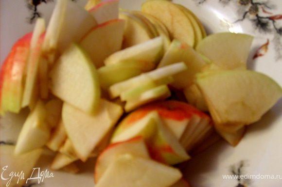 Яблоки вымыть, порезать ломтиками, как вы любите.
