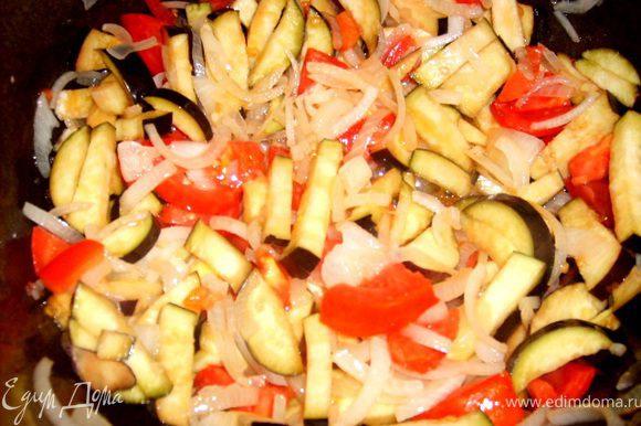 добавляем к нему порезанные помидоры и баклажаны
