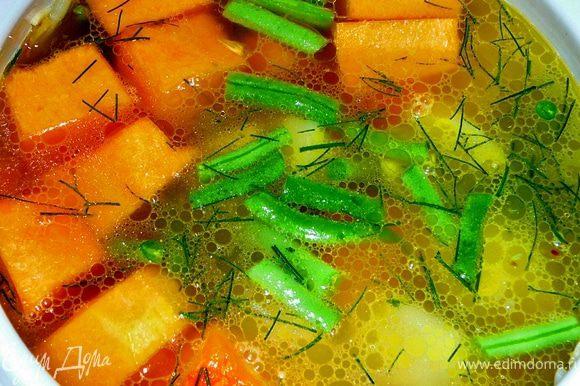 Влить бульон,накрыть крышкой и варить на слабом огне,около 30-40 минут.До тех пока не сварятся тыква и картофель.