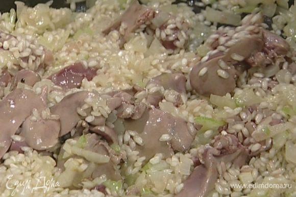 Всыпать рис, как следует перемешать, прогревать еще 2–3 минуты.
