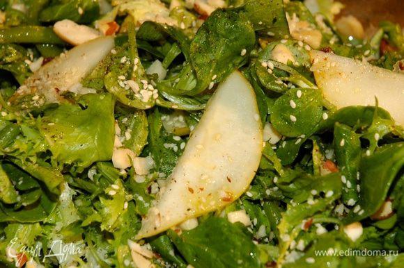 Выложить салат на блюдо, присыпать орехами и кунжутным семенем.