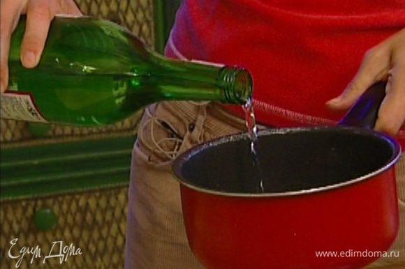 Мирин и рисовое вино влить в небольшую кастрюлю и хорошенько прогреть.