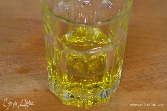 Добавить оливковое масло, уксус, перец чили и соль, все перемешать.