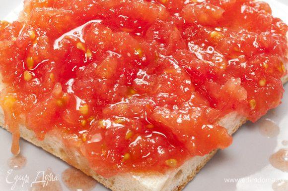 Хлеб выложить в один слой на большое блюдо и полить соусом из помидоров так, чтобы вся поверхность пропиталась соком. Если хочется, сбрызнуть оливковым маслом.