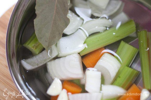 Залить подготовленные овощи 1 1/5 л воды, добавить соль, перец и лавровый лист и сварить бульон. Готовый бульон процедить.