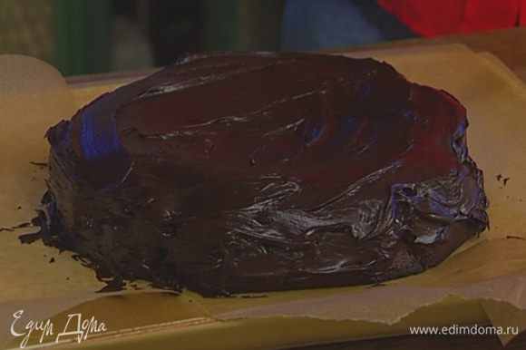 Горячий торт вынуть из формы, слегка остудить и смазать шоколадной глазурью.